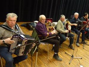 Les musiciens bénévoles de l'école de danses traditionnelles.