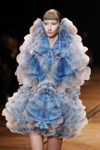 Iris Van Herpen a choisi de teindre l'extrémité des franges de ses mannequins