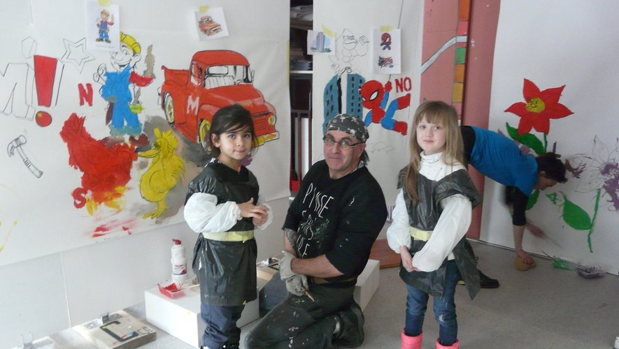 JiCé avec deux de ses petites artistes du jour.