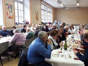 Autour des tables, on échange et on communique./Photo DDM.