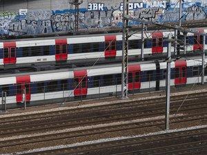 La ligne 1 du métro, parallèle au RER A à Paris intra muros, a par ailleurs été renforcée pendant les heures de pointe pour accompagner la reprise progressive du trafic, a expliqué la RATP.