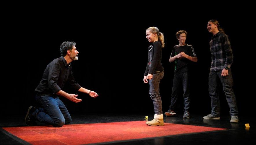 Didier Landucci improvisant avec les plus jeunes spectateurs montés sur scène.
