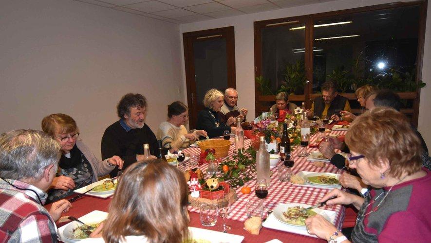 Les convives de l'association la marmotte en quête des saveurs autour d'un repas à moins de 10 €.