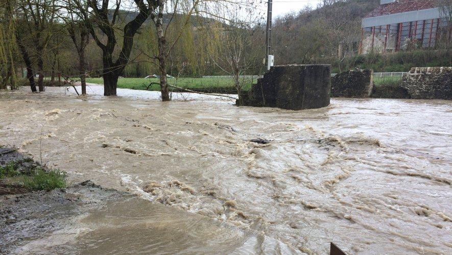 C'est dans la rivière en crue que la personne recherchée a disparu.