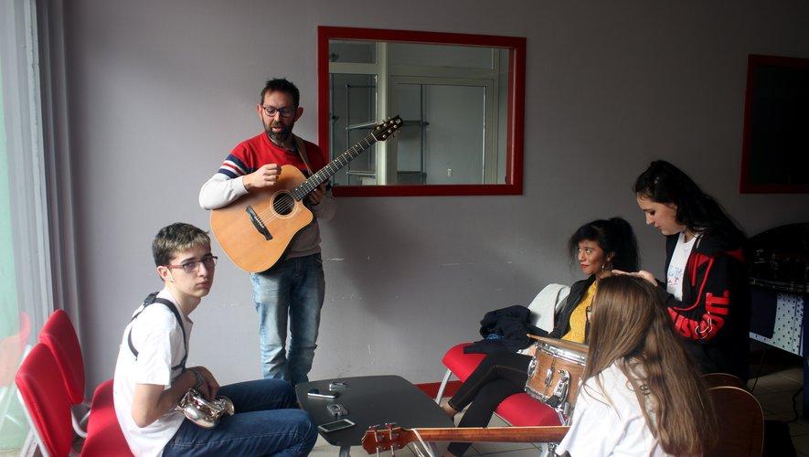 Atelier musique au foyer avec Laurent Mayanobe.