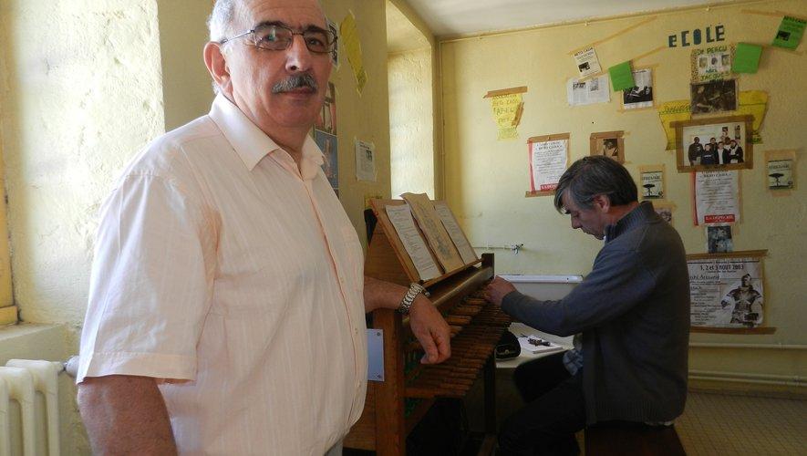 Gabriel Birague, le président des Amis du carillon, et au clavier d'étude, Paul-Henri Mériau, professeur de musique et carillonneur.