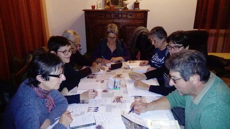 Les membres du comité de la Rive gauche en plein travail de préparation de leur thé dansant du 10 mars.