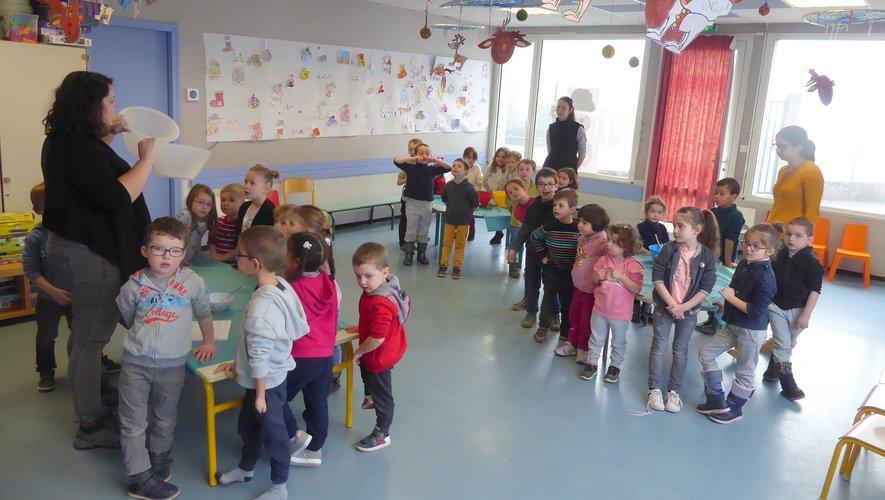 Vanessa donnant les consignes aux enfants pour réaliser le tiramisu.
