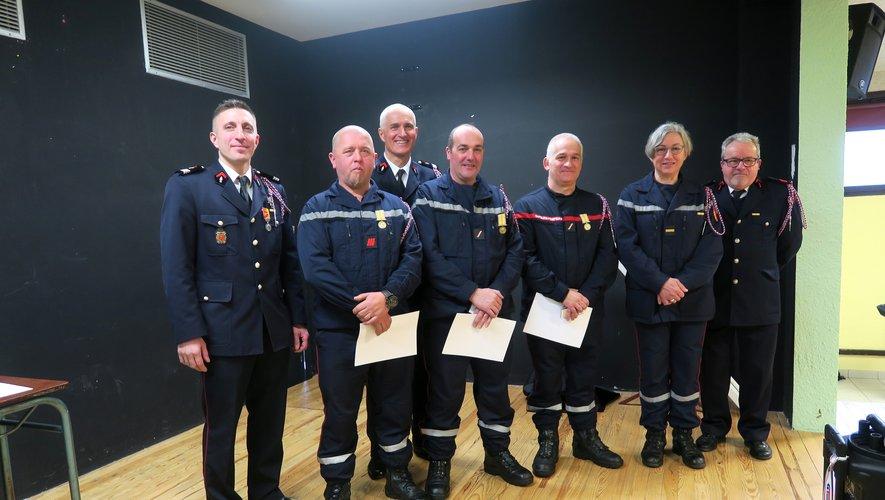 Les sapeurs pompiers qui ont eu l'honneur d'être décorés entourés du Lieutenant Serge Lieutort, Serge Chabrier et de leur chef du centre, le Capitaine Xavier Galdemar