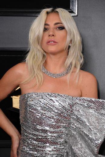 Chevelure ondulée et rose sur les lèvres pour Lady Gaga