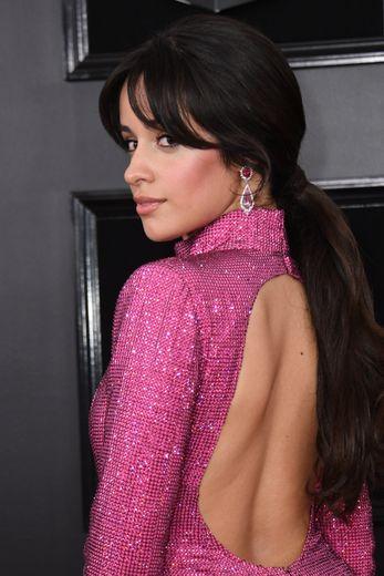 Regard de chat et maquillage discret pour Camila Cabello