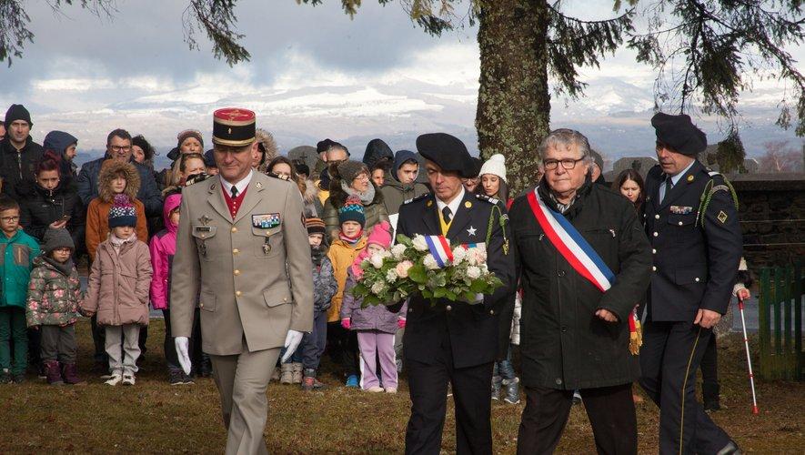 À l'issue de la marche, le dépôt de gerbe a été effectué en présence du maire Michel Rouquette, des familles et des enfants du village.
