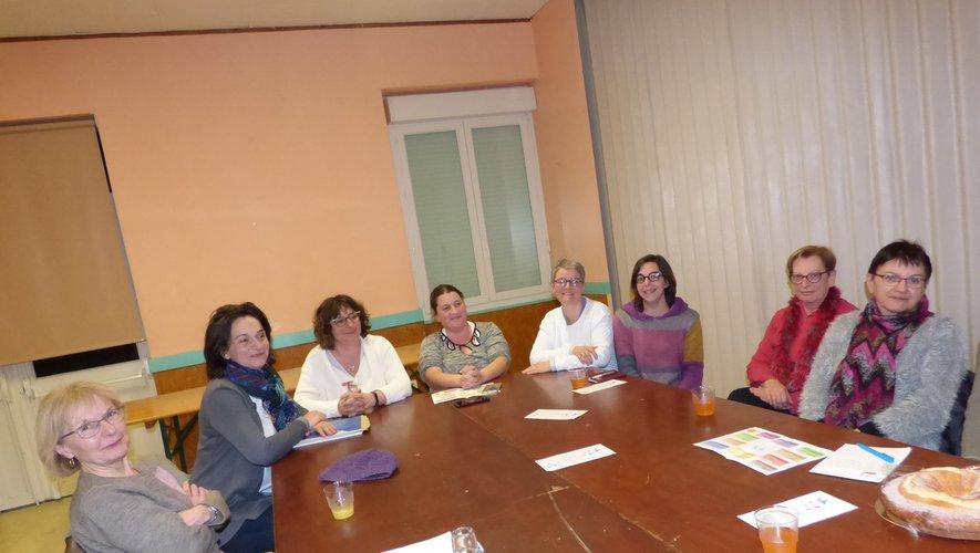 Les membres du bureau entourés de quelques responsables d'activités.