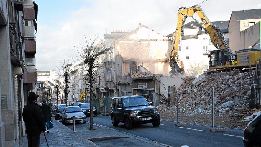 Depuis le début des démolitions des commerces et divers appartements, le spectacle n'en finit plus de fasciner les riverains.