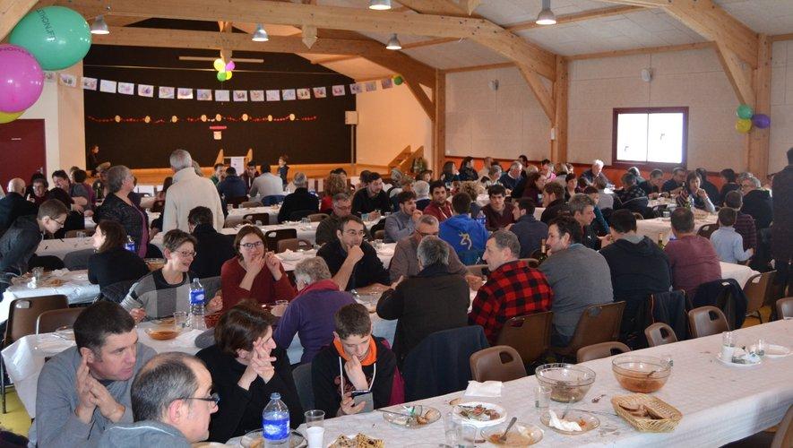 Vers midi, des familles entières ont convergé vers la salle des fêtes pour partager le repas du Téléthon
