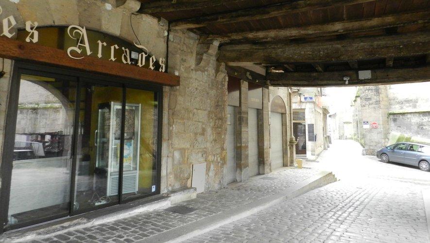 Le café des Arcades est fermé depuis plusieurs semaines. À quelques mètres de là, se trouve le café-restaurant des Colonnes, dont les propriétaires sont intéressées pour une reprise en location.