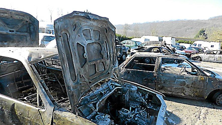 Une dizaine de voitures ont été la proie des flammes.