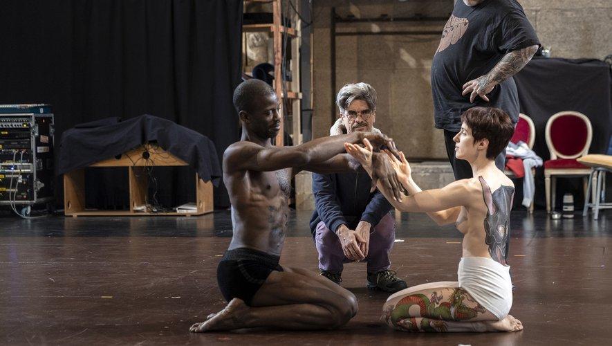 Le chorégraphe Philippe Decouflé (au centre)  Tin-Tin, surnommé le tatoueur des stars, (à droite) aux côtés des danseurs Alice Roland (à droite) et Sean Patrick Monbruno
