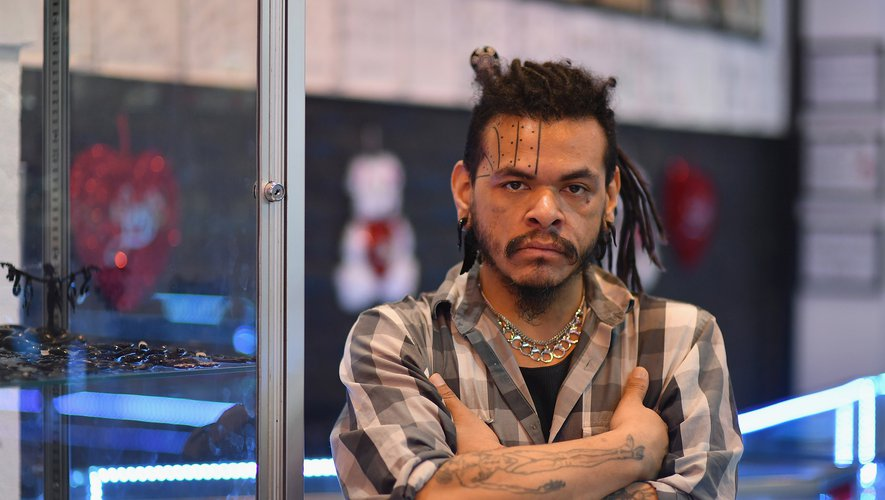 Armando Guevara devant le salon de tatouage Andromeda Studio 33