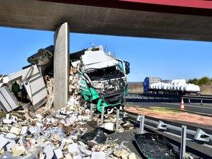 Le camion a déversé sa cargaison sur l'autoroute.