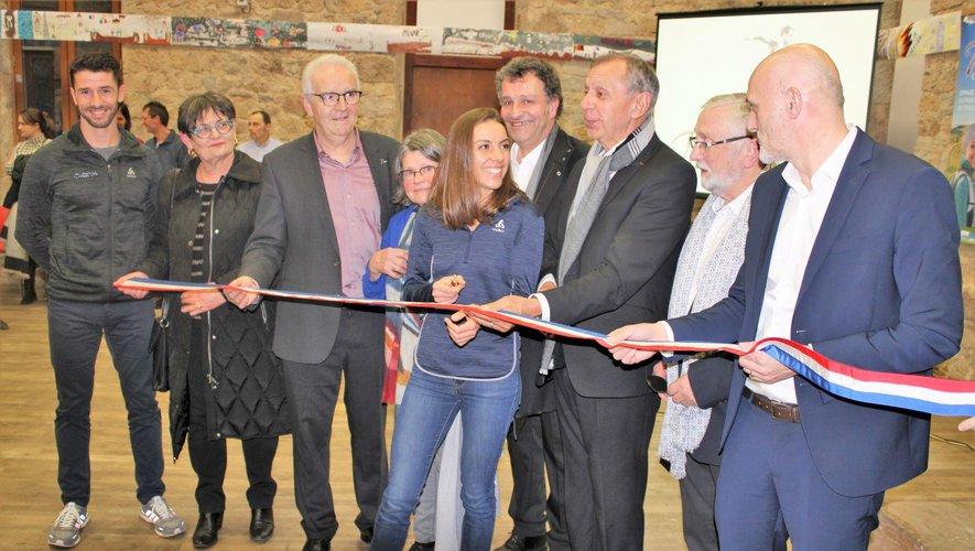 Sénateur, député, conseillères départementales, maire et élus communaux étaient présents au côté d'Anne-Lise Rousset pour couper le ruban de l'inauguration de Terra Trail.