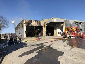 Un camion a également été totalement détruit par le sinistre.