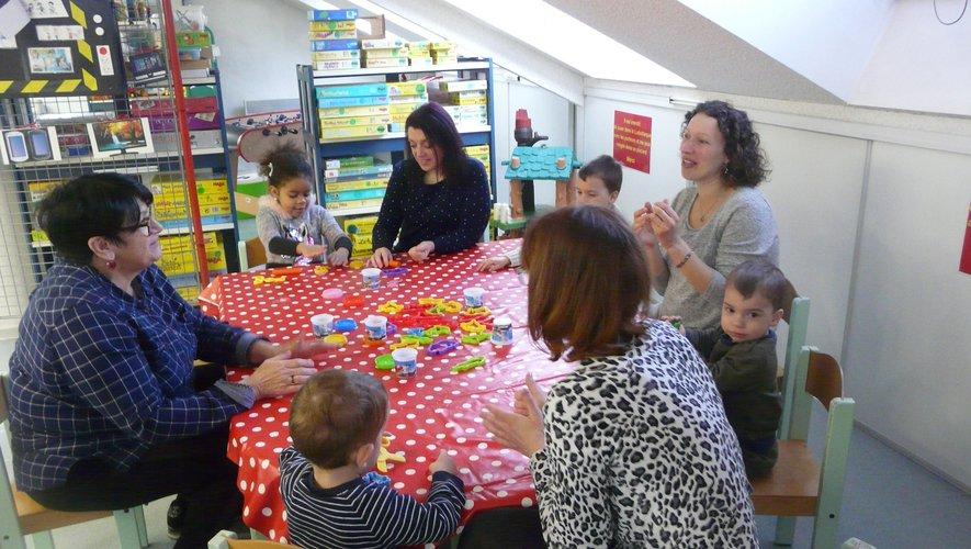 Atelier pâte à modeler  pour les plus petits, proposé par Maryline, Annie et Régine.