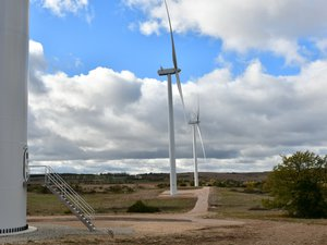 Le parc éolien de Lapanouse comprend six mâts d'une puissance totale de 12 MW.