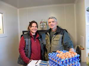 Sandra et Xavier Bro, dans leur point de vente à domicile, à Saint-Izaire.