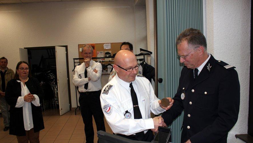 Le DDSP Jérôme Buil a remis une médaille au commandant.