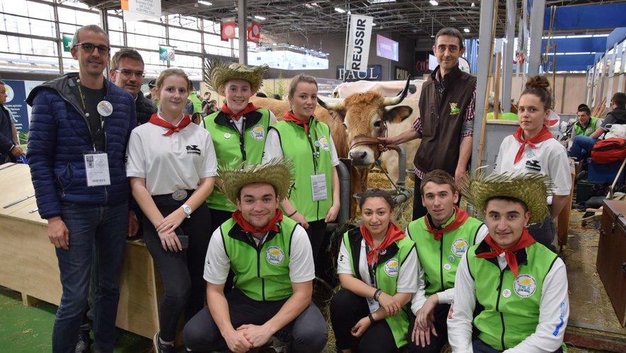 Les lycéens de La Roque et leurs professeurs entourent leur vache aubrac qu'ils ont baptisée Occitanie.