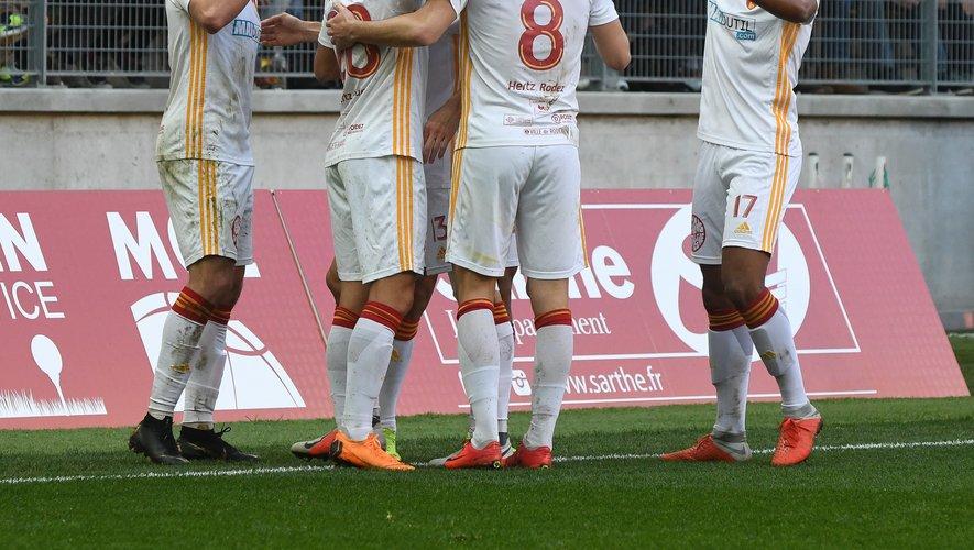 Ugo Bonnet (à gauche) félicité par ses partenaires après son but, qui a offert à Rodez une victoire des plus précieuses.