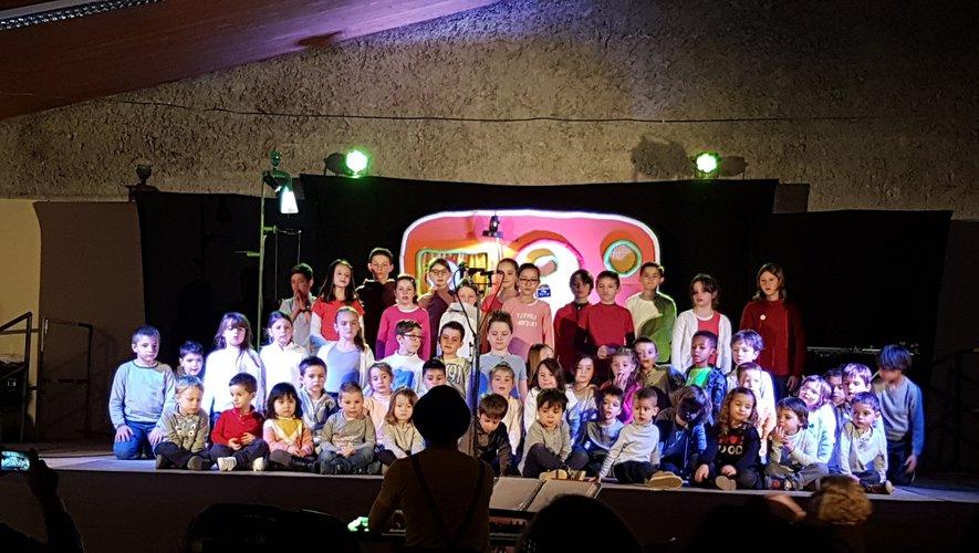 les enfants  de l'école publique  sont montés   sur scène
