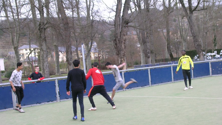 Les parties de football s'enchaînent sur l'aire de jeu du Foirail.