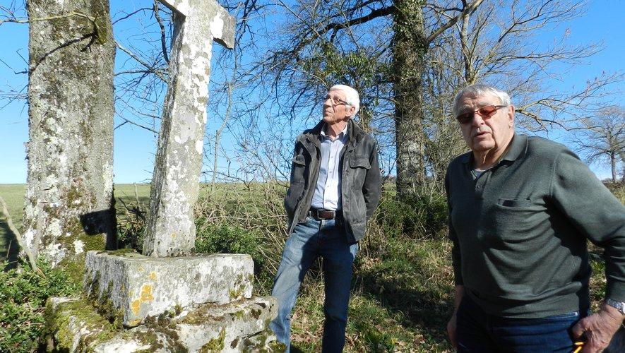 Devant la croix de forme triangulaire, Pierre Bouscayrol et Alain Queste, maire.