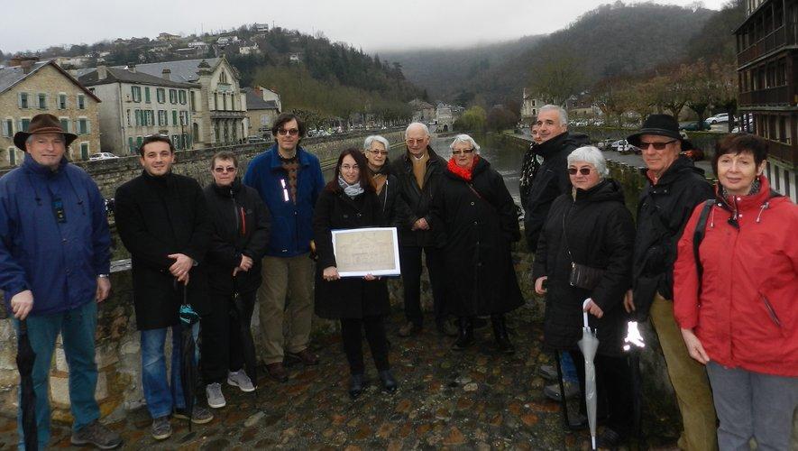 Le groupe au départ sur le pont des Consuls avec en fond le théâtre, premier bâtiment évoqué dans la visite guidée par Annie Rougier.