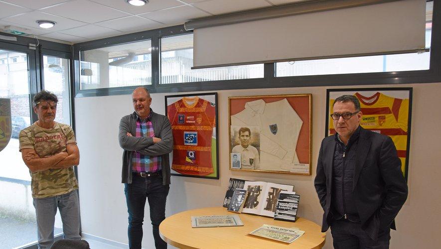 Jean-Yves Tayac, Jean-Paul Barriac et Arnaud Vercruysse, devant un portrait de Jean Fabre et des livres sur l'œuvre de Pierre Soulages.