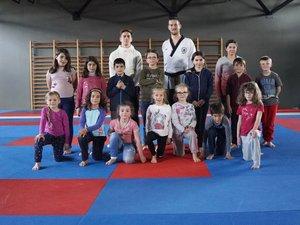 Les enfants sur les tatamis pour apprendre les rudiments de cet art martial.