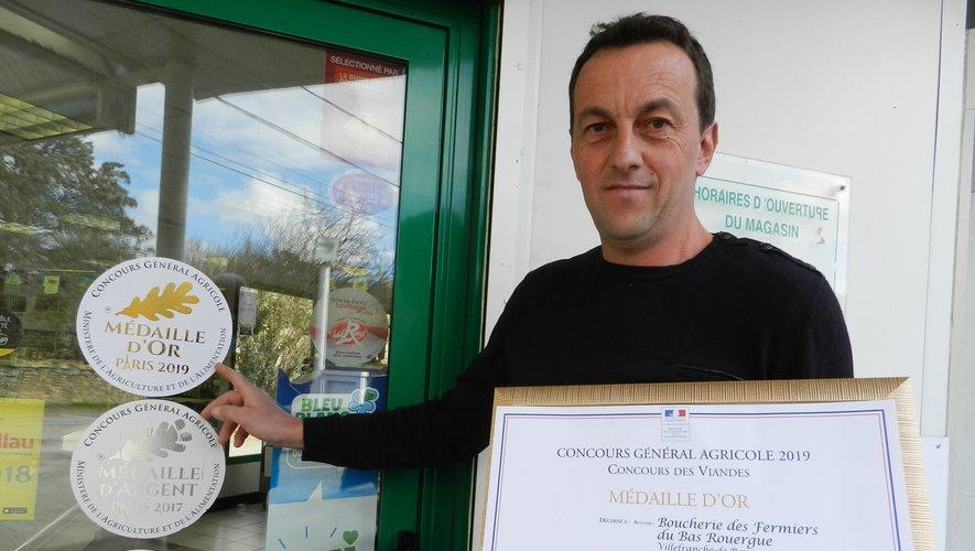 La satisfaction de Jean-Luc Authesserre, avec le diplôme de la médaille d'or.