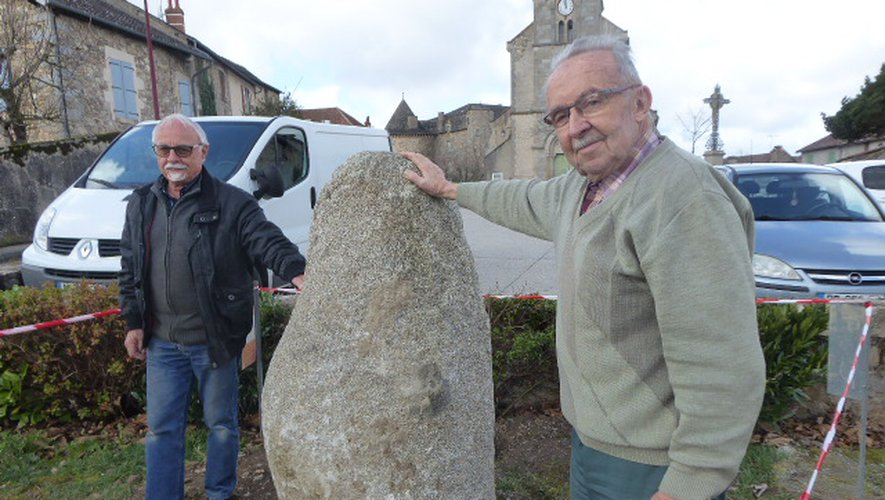 Jean Gineste et Roland Jonquières devant le bloc de granit qui accueillera la plaque hommage..
