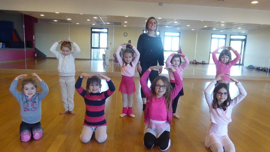 Les filles participant au cours d'éveil et d'initiation à la danse modern jazz.
