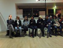 Un public très attentif au plus près des acteurs.