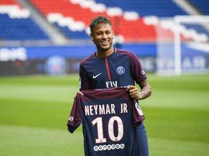"""Le Paris SG a vendu au total """"plus de 800.000"""" maillots lors de la saison 2017/2018, la première de Neymar (ici en photo) et Kylian Mbappé"""