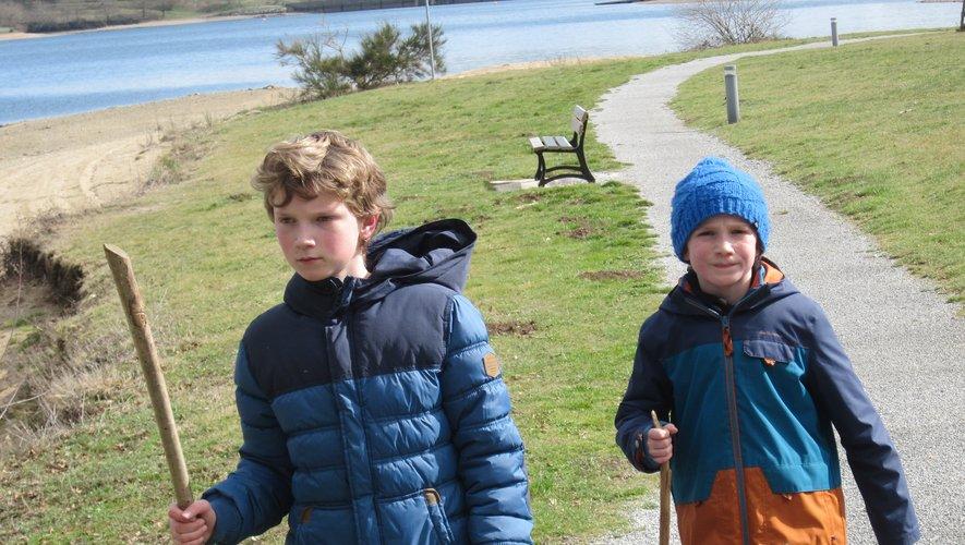 Marius et Louison, sur le sentier lacustre qui enserre le lac, superbe lieu,pour y poser des pas profonds et nombreux.