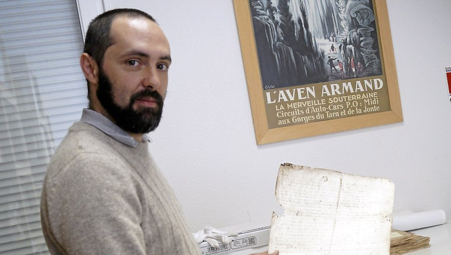 Yohann Alarçon, ici avec la Charte des privilèges de 1187.