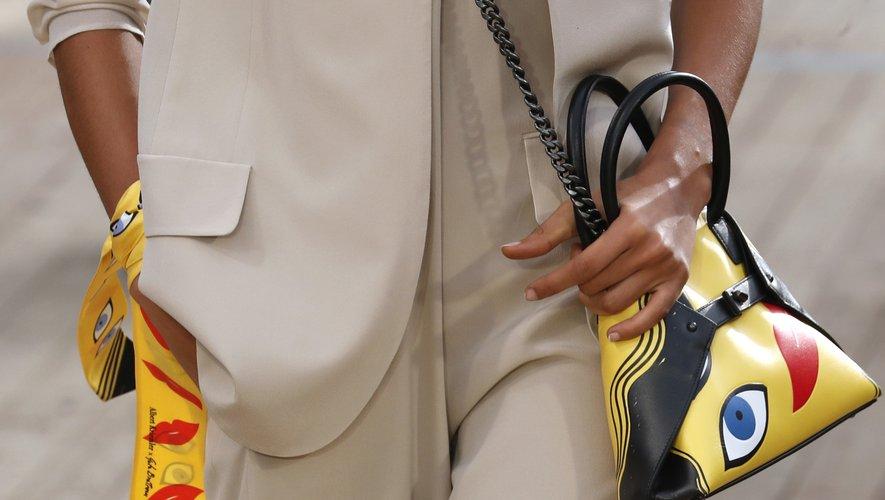 Les accessoires régressifs de couleur jaune d'Akris. Collection printemps-été 2019. Le 30 septembre 2018 à Paris.