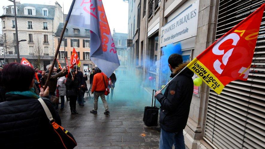 Les agents ont utilisé des fumigènes colorés, place d'Armes.
