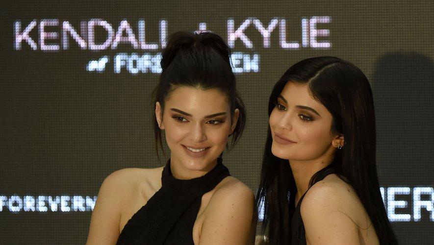 Kendall Jenner (à gauche) et Kylie Jenner au Chadstone Shopping Centre de Melbourne le 18 novembre 2015.
