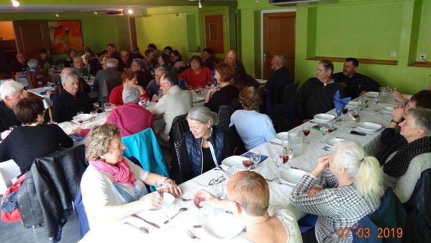 Une cinquantaine de marcheurs en assemblée à l'issue d'un repas.