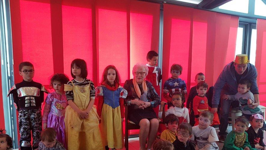 La centenaire entourée des joyeux enfants